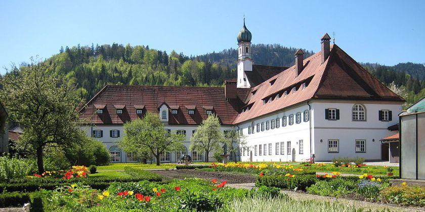Der Konvent in Füssen vom Garten aus gesehen.