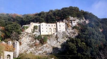Ansicht der Einsiedelei Greccio vom Tal aus gesehen.