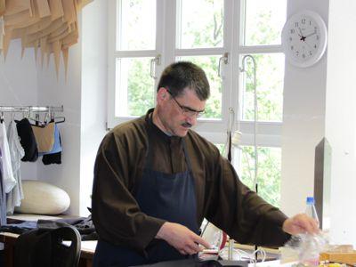 Bruder Gerhard bereitet in seiner Schneiderei den Zuschnitt für ein neues Ordensgewand. (Habit genannt)