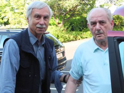 Bruder Fidelis bringt einen der Brüder der Seniorenstation zum Arzt.