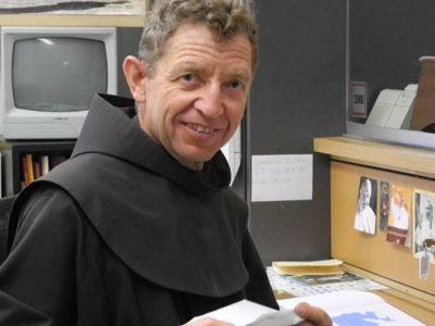 Bruder Florian empfängt die Gäste an der Klosterpforte.