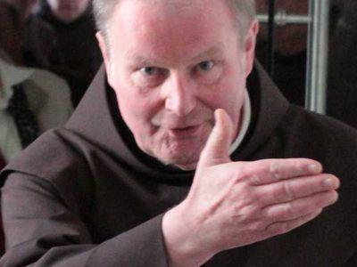 """Bruder Heinz-Jürgen, der Guardian des Klosters, zeigt den Gästen, """"wo es lang geht!"""""""