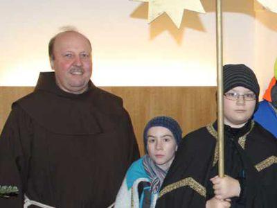 Bruder Othmar empfängt die Sternsinger auf dem Frauenberg.