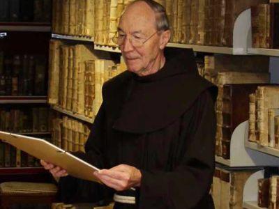 Bruder Paulus fungiert als Sachverständiger in der antiken Klosterbibliothek.