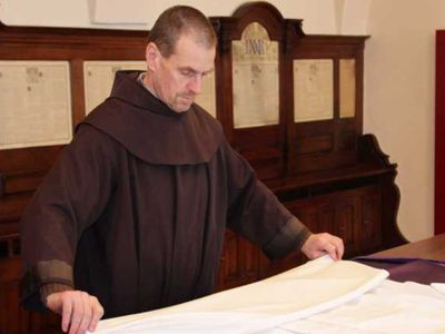 Bruder Thomas bereitet in der Sakristei der Klosterkirche die Gewänder für die Messe vor.
