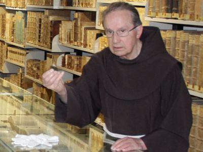 Bruder Waktran führt eine Gruppe von Interessierten durch das Kloster. Hier ist er gerade in der Klosterbibliothek.
