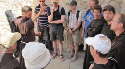 Die Brüder in Ausbildung während einer Studienreise nach Israel im Herbst 2014. Erläuterungen vor dem Besuch der Grabeskirche in Jerusalem. Bild von Bruder René Walke