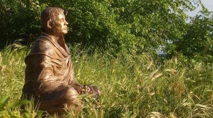 Wo stehe ich, und wo geht es hin in meinem Leben? Bild der meditierenden Franziskusstatue im Garten von San Damiano, Assisi