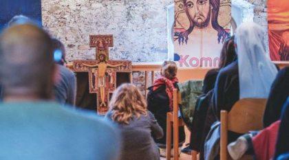 Junge Menschen beten vor der Kreuzikone von San Damiano. Bild von Servizio Otientamento Giovani (Bad Tölz 2015)