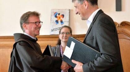 """Vertragsunterzeichnung auf dem Frauenberg in Fulda. Kooperation der Franziskaner und """"antonius – Netzwerk Mensch"""""""