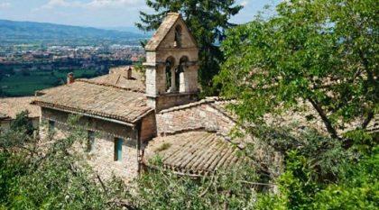 Die Kirche Santo Stephano und der kleine Garten liegen im Herzen von Assisi. Bild von Bernadette Kindl