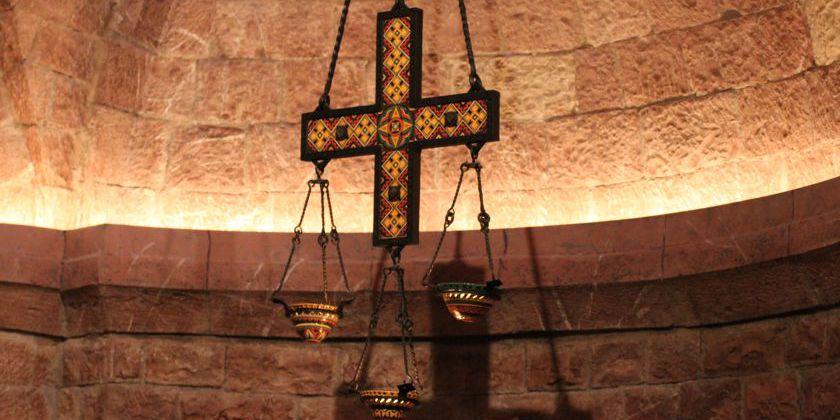 Grablicht mit Majolicakreuz über der Tomba des hl. Franziskus.