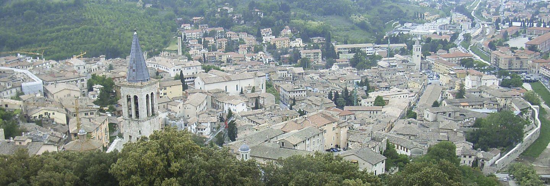 Blick auf das Spoletotal mit seinem historischen Stadtkern und dem Dom.