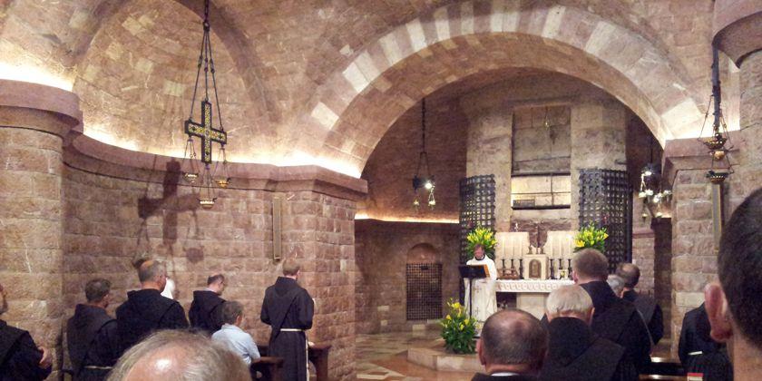Krypta in der Unterkirche San Francesco mit Detailansicht des Franziskusgrabes in der Apsis