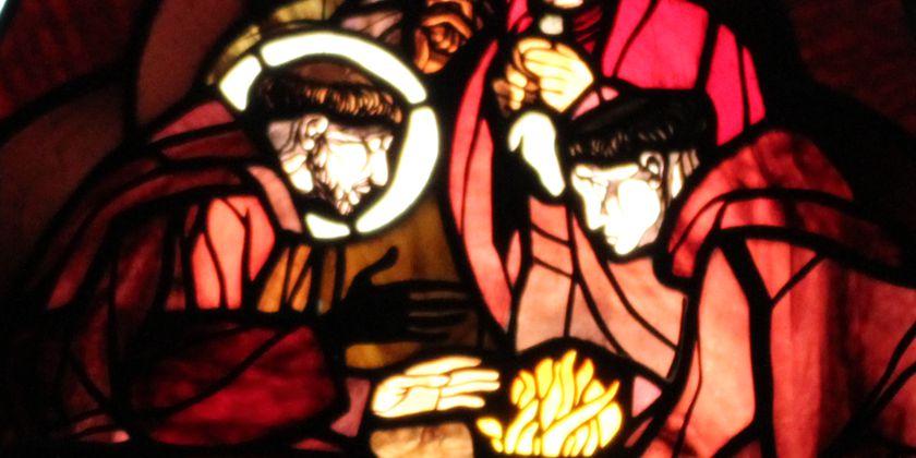 Franziskus musste sich aufgrund seines schweren Augenleidens in Fonte Colombo einer Operation mit glühendem Eisen unterziehen. Auf einem der Glasfenster in der Kirche wird dargestellt, wie Franziskus seine Bitte an Bruder Feuer richtet, ihm nicht allzu große Schmerzen zuzufügen. Bild von Bruder Michael Blasek.