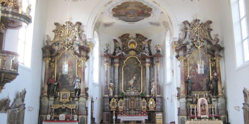 Ansicht des barocken Chorraums der Klosterkirche. In der Mitte der Hauptaltar. Rechts und links Seitenaltäre.