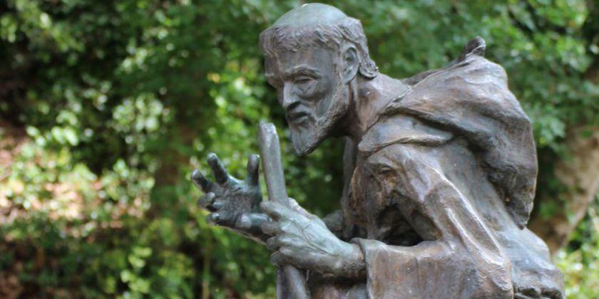 Überall an den franziskanischen Orten sind Skulpturen dieser Art anzutreffen. Diese steht am Aufgang zum Kloster und stellt einen Pilger mit Wanderstab dar.