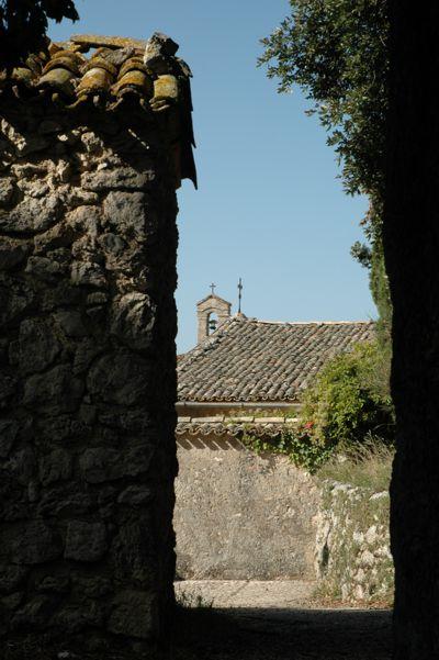 Die Einsiedelei auf dem Berg Monteluco mit der einfachen Kapelle und dem für die Gegend typischen kleinen Campanile (Glockentürmchen). Foto von Kerstin Meinhard.