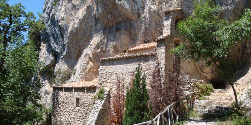 Ansicht der oberen kleinen Einsiedelei. Es ist die ursprüngliche Stelle, in der Franziskus den besonderen Zuspruch Jesu erfahren hat. Sie befindet sich oberhalb der jetzigen Einsiedelei.