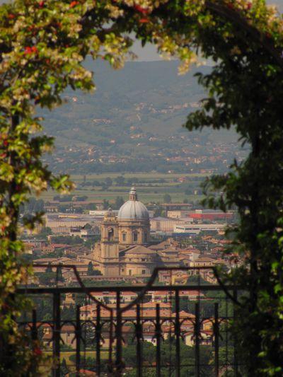 Die Basilika Santa Maria degli Angeli ist weit über die umbrische Ebene sichtbar.