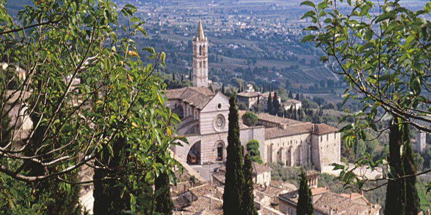 Gesamtansicht des Konvents und der Kirche Santa Chiara in Assisi