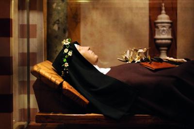 Der aufgebahrte Leib der heiligen Klara in der Krypta der Kirche. Er vermittelt die Nähe der Schwestern zu ihrer Ordensgründerin.