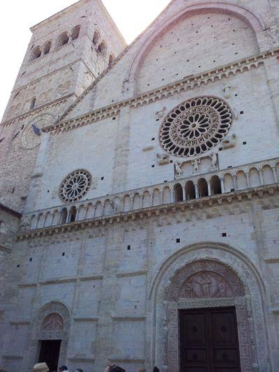 Die mächtige Fassade des Domes. Auffallend die mittlere Fensterrosette mit ihren filigranen Speichen. Foto von Kerstin Meinhardt.