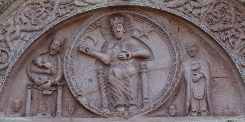 Der Typanon über dem Hauptportal zeigt Christus als Weltenrichter, flankiert von Maria und dem Kirchenpatron San Rufino. Foto von Kerstin Meinhardt.
