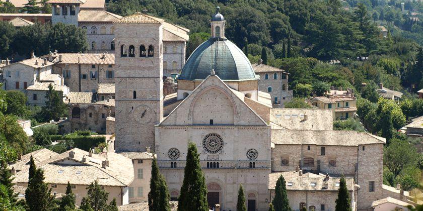 Hoch über die Dächer der Stadt erhebt sich die Kuppel der Bischofskirche San Rufino. Zur Zeit des heiligen Franziskus war es eines der bedeutendsten Bauwerke der Region.