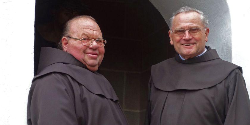 Buder Helmut Münch und Pater Winfried Prummer vor der Klosterpforte