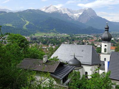 Blick von der Wallfahrtskirche St. Anton auf die Spitzen der Waxensteine, den Höllentalferner und die Zugspitze; links die Alpspitze.