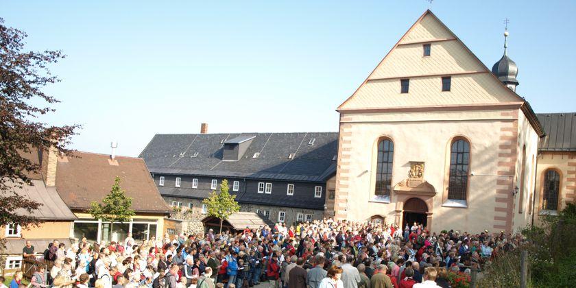 Christen beider Konfessionen feiern gemeinsam einen ökumenischen Gottesdienst auf dem Platz vor der Wallfahrtskirche.