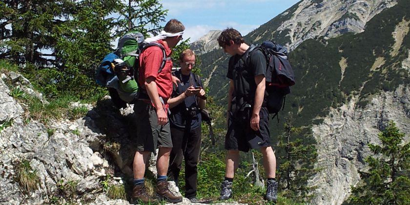 Gemeinsame Freizeitaktivität. Brüder beim Bergwandern