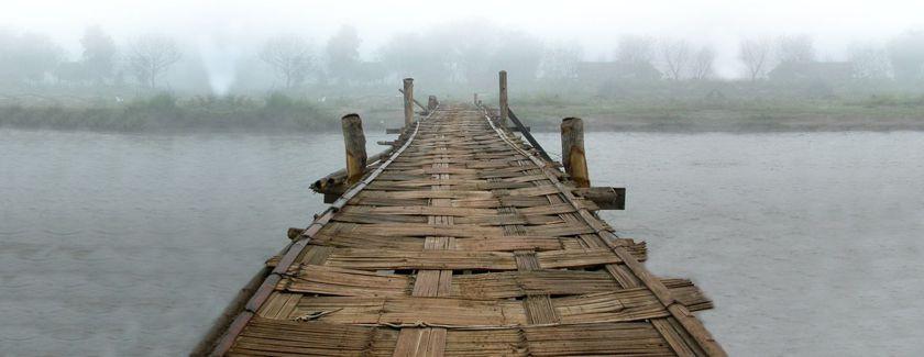 """""""Die Brücke von hier nach dort, von uns zu denen, vom Vertrauten zum Fremden"""" Fotomontage von Franciscans International"""