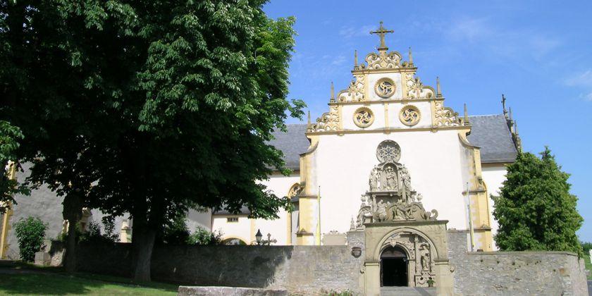 Fassade der Wallfahrtskirche. Ein Eindrucksvolles Kirchenportal aus der Rennaiccance geleitet den Pilger in das Innere der Wallfahrtskirche.