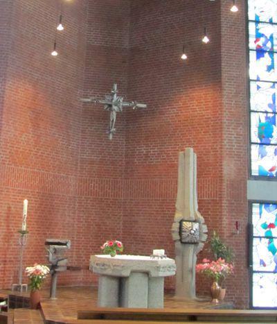 Der Altarraum der Klosterkirche St. Anna mit Werken des Berliner Bildhauers Paul Brandenburg.