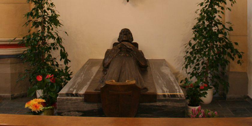 In der Franziskanerkiche in Dortmund ruhen unter einem Steinsarkophag die sterblichen Überreste des Franziskaners Bruder Jordan Mai.