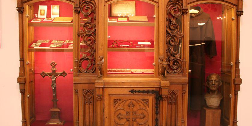 Einige Gegenstände aus dem Nachlass von Bruder Jordan werden in einer Glasvitrine aufbewahrt.