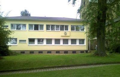 Die Gemeinschaft wohnt in dem umgebauten Pfarrhaus direkt neben der Kirche.