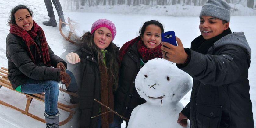 Beweis-Selfie: Die jungen Brasilianer der Manoel-Monteiro-Schule aus Brasilien und ihre Freunde aus dem Franziskanergymnasium haben gemeinsam einen Schneemann am Kreuzberg gebaut. Bild von Marion Eckert