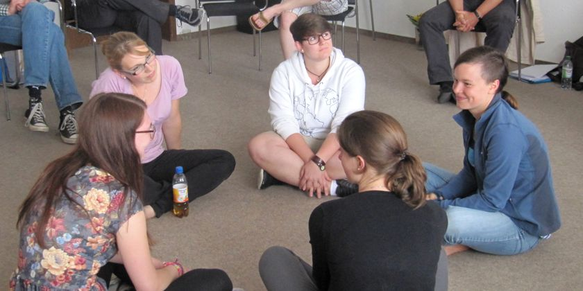 Regelmäßig treffen sich die Mitarbeiter des Franziskanischen Bildungswerkes, um sich über ihre Erfahrungen auszutauschen. Bildquelle: Bildarchiv des FBW
