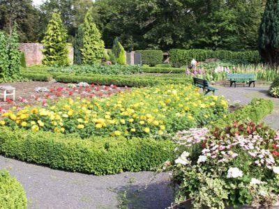 Im Sommer erblüht der Garten in einer Fülle an Blumen und Stauden, die auch für die Ausschmückung der Kirche und des Hauses verwendet werden.