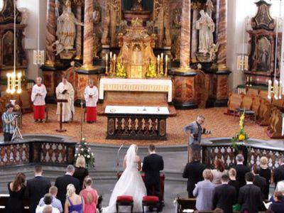 Blick in den Altarraum der Klosterkirche während einer Trauung.