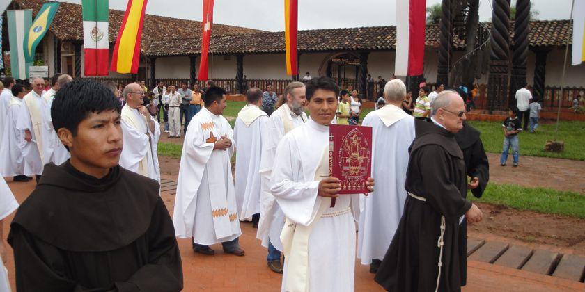 Ein feierlicher Gottesdienst mit einer Evangelienprozession an der Kathedrale in Concepción, im tropischen Tiefland Boliviens.