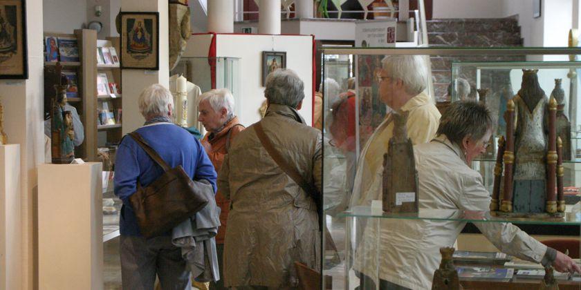 Das Museum lockt seine Besucher mit Sonderausstellungen und Vorträgen. Hier besucht eine Gruppe Interessierter eine Ausstellung mit dem Schwerpunkt Afrika.