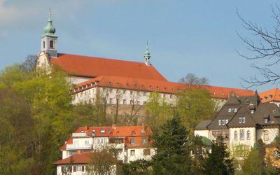 Kloster Frauenberg von den Fuldaauen betrachtet.