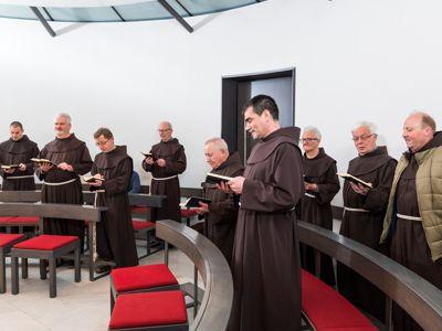 Feier des Stundengebetes in der Beichtkapelle.