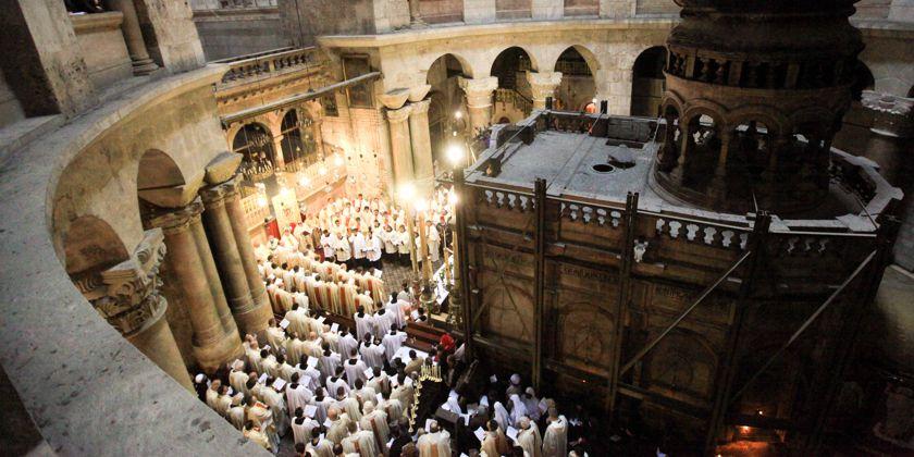 Pilger in der Grabeskirche in Jerusalem. Bild von der Kustodie des Heiligen Landes, Jerusalem
