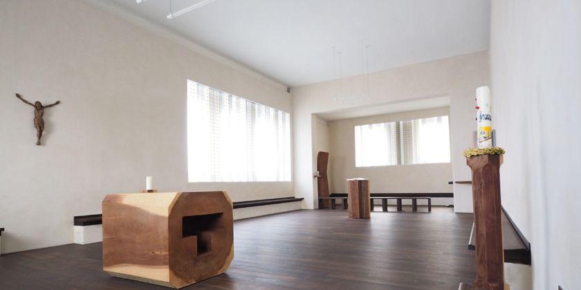Blick in die Kreuz-Kapelle mit den in Mammutbaumholz gefertigten Altar und Ambo. 2009 bis 2010 wurde die Kreuz-Kapelle vollständig erneuert. So entstand ein offener, lichtdurchfluteter Raum.