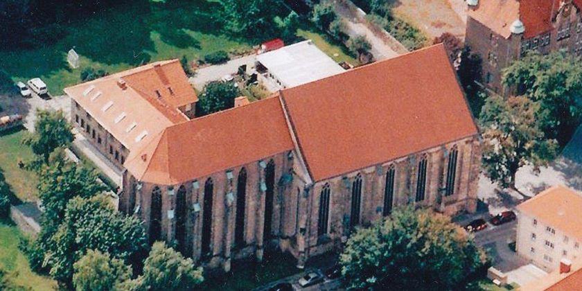 Der gesamte Gebäudekomplex von Kloster und Kirche aus der Vogelperspektive betrachtet.